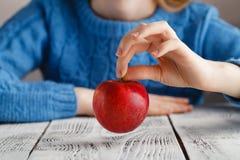 红色aplle在女孩手上 免版税库存照片