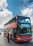 红色D的双层甲板船城市观光的公共汽车等待的游人 库存图片