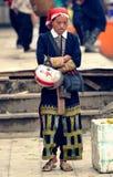 红色Dao妇女在市场上 免版税库存照片
