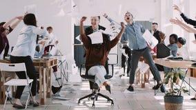 红色EPIC-W健康工作场所,愉快的年轻黑人女商人庆祝与办公室队慢动作的事业成功 股票视频