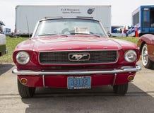 1966红色Ford Mustang敞篷车正面图 免版税库存照片