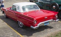 1957红色Ford Thunderbird侧视图 库存图片