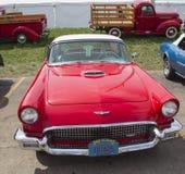 1957红色Ford Thunderbird正面图 图库摄影