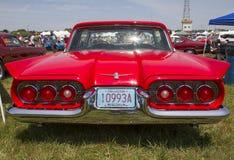 1960红色Ford Thunderbird hardtop敞篷车后面视图 图库摄影