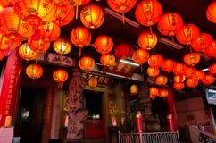 红色lanterm在传统寺庙垂悬 免版税库存图片