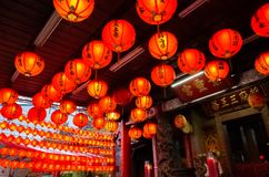 红色lanterm在传统寺庙垂悬 图库摄影