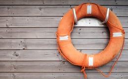 红色lifebuoy与绳索 免版税库存照片