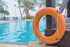 红色lifebuoy在一个公开游泳池附近 免版税图库摄影