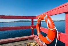 红色lifebuoy在一个红色海洋码头 免版税库存图片