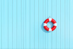 红色lifebuoy在蓝色木板条墙壁上,夏天概念,背景 库存图片