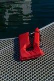 红色lifevest在船坞在小游艇船坞在星期五港口在圣胡安海岛 免版税图库摄影