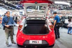 红色MG3显示的ins一个聪明小汽车开放后门 免版税库存照片