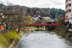 红色Nakabashi桥梁对历史的老镇的入口,旅游目的地在山市Hida高山市在岐阜,日本 免版税库存图片