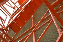 红色scaffoldind梯子,红色绞刑台梯子在建造场所 库存图片