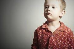 红色Shirt.Serious孩子的Child.Little男孩 免版税库存照片