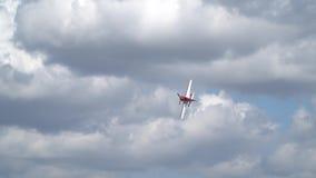 红色Su31在慢动作的云彩中飞行 股票视频