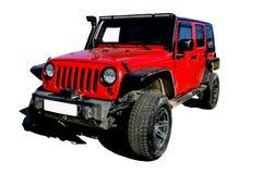 红色SUV在孤立、组织的机器泥的和旅游业里,与绞盘 免版税库存照片
