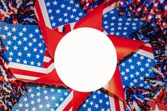 红色whte和蓝色轮转焰火与闪亮金属片和小条围拢的星与白色圈子拷贝的在中心 免版税库存图片