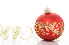 红色xmas球和金黄丝带 免版税库存照片