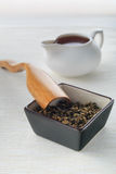 红茶、干茶和匙子 库存照片