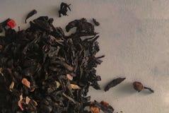 红茶叶子在白色背景的 库存图片