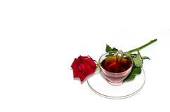 红茶和红色玫瑰 免版税库存照片
