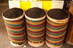 红茶篮子在市场上 免版税库存照片