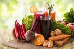 红萝卜、甜菜和红辣椒混合汁液 免版税库存照片