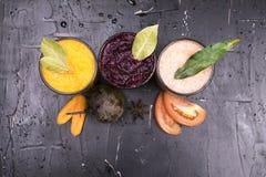 红萝卜、甜菜和蕃茄新鲜的汁液  图库摄影