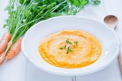 红萝卜乳脂状的汤 免版税库存照片