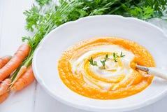 红萝卜乳脂状的汤 库存图片