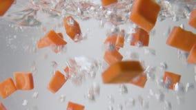 红萝卜切片落入开水 宏观看法 影视素材