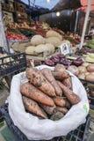 红萝卜和其他菜在一个开放的市场上 免版税库存图片