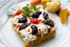 红萝卜和土豆沙拉用酸奶和腌汁 免版税库存图片