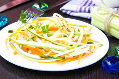 红萝卜和夏南瓜被切的细条新鲜的沙拉作为snac 库存照片