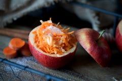 红萝卜和苹果健康沙拉  健康点心 免版税库存照片