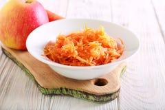 红萝卜和苹果沙拉服务 免版税库存图片