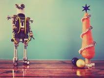 红萝卜圣诞树和机器人 免版税库存照片