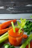 红萝卜新鲜的汁 免版税图库摄影