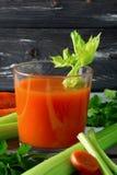 红萝卜新鲜的汁 免版税库存照片