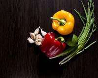 红萝卜新鲜的葱表蕃茄蔬菜弄湿了木 库存图片