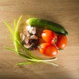 红萝卜新鲜的葱表蕃茄蔬菜弄湿了木 免版税图库摄影
