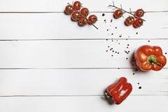 红萝卜新鲜的葱表蕃茄蔬菜弄湿了木 免版税库存照片