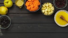 红萝卜,苹果,蜂蜜,烘干了修剪和蔓越桔 库存照片
