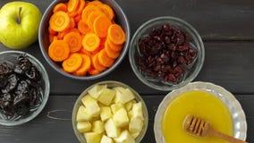 红萝卜,苹果,蜂蜜,烘干了修剪和蔓越桔 免版税库存图片