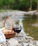 红葡萄酒、乳酪和面包服务在野餐 免版税库存照片