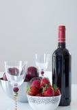 红葡萄酒、李子和草莓 免版税库存图片