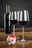 红葡萄酒、瓶和圣诞节中看不中用的物品 免版税库存图片