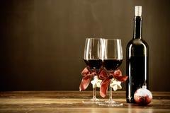 红葡萄酒、瓶和圣诞节中看不中用的物品 免版税库存照片