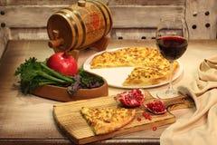 红葡萄酒、石榴和乳酪小面包干 免版税库存图片